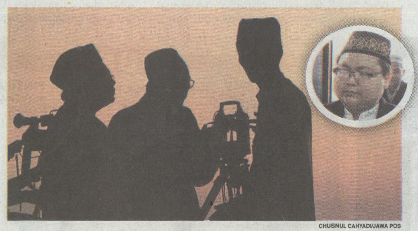 BEKERJA UNTUK UMAT : Aktivitas tim Lembaga Falakiyah Nadhlatul Ulama Gresik sedang melihat bulan pada Ramadan 1437 H lalu. Inzet: Muhyiddin Hasan.